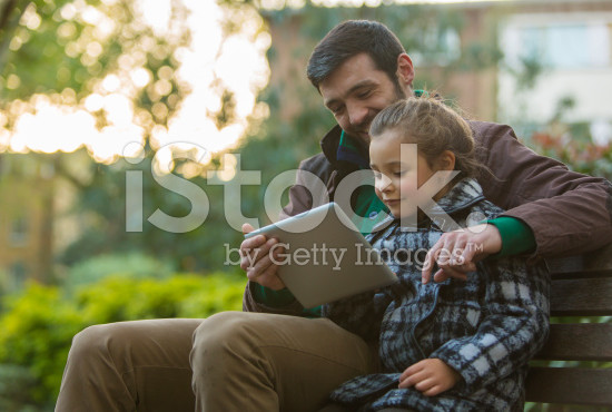 elternblog_platzhalter_stock-photo-33098584-father-and-daughter-with-tablet-computer