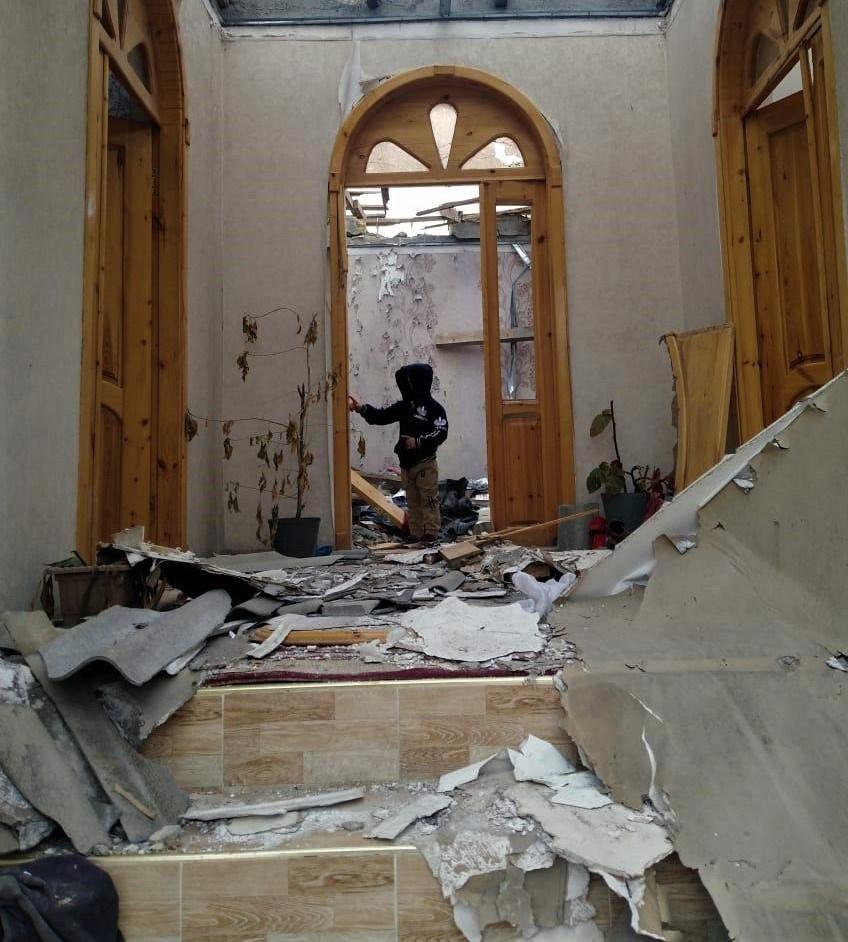 Ein zerstörtes Haus in Tartar, Nov. 2020 - Quelle: Wikipedia - Autor: Aykhan Zayedzadeh