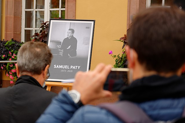 Trauer um Samuel Patty in seiner Stadt - Quelle: Wikipedia - Autor : Thomas Bresson