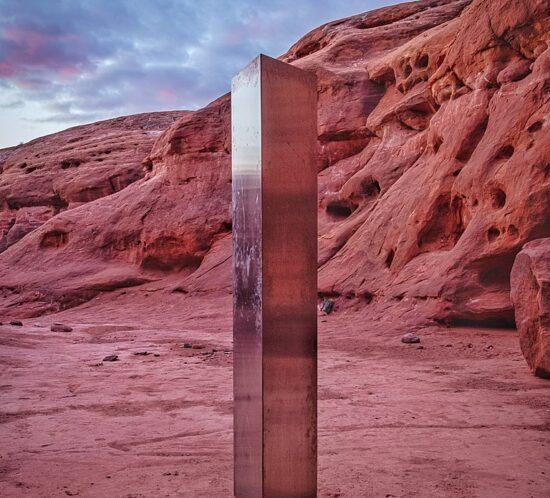 Utah Desert Monolith Original von Patrick A. Mackie. Bearbeitet von Chainwit. Wikimedia