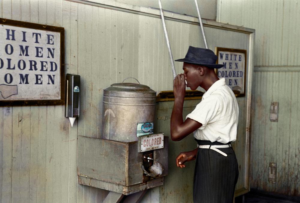 Wasserspender im Busbahnhof in 1939 - Lee Russell, Library of Congress, nachgefärbt