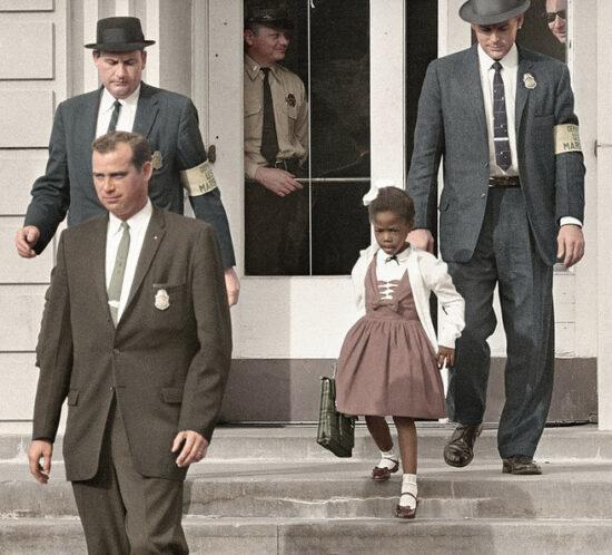 Ruby Bridges am 14. November 1960 – Gefärbt von Ared Enos, flickr, CC Lizenz – Original bei Getty