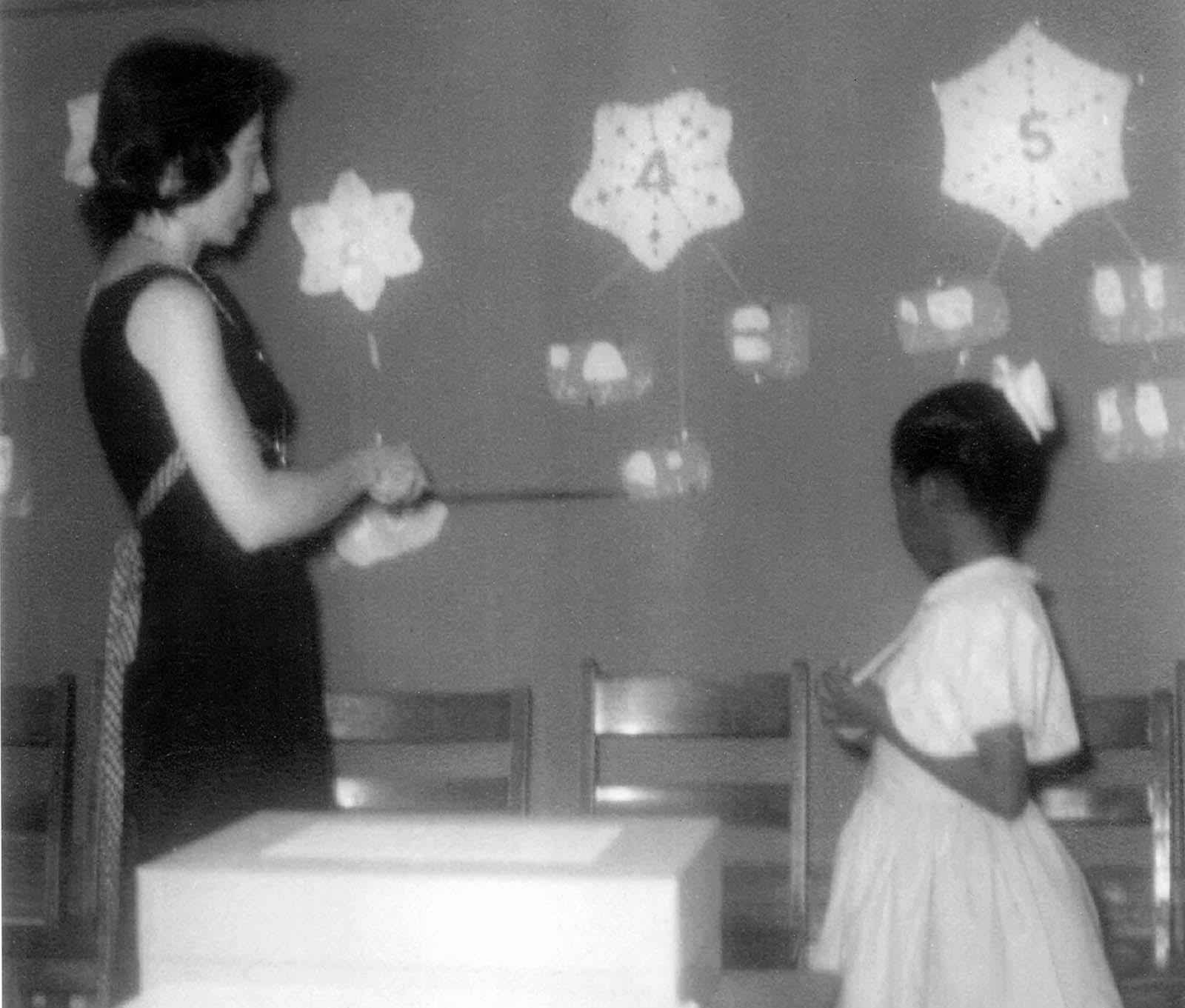 Ruby mit ihrer Lehrerin Barbara Henry - Quelle: rarehistoricalphotos.com